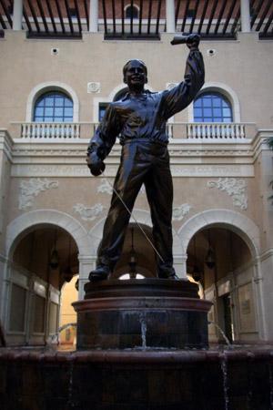 USC 映画学科の中庭に立つダグラス・フェアバンクスの銅像